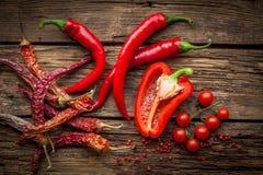 Gorący chili pieprze, słodkiego pepperon drewniany stół fotografia royalty free