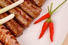 Gorący chili pieprze z piec na grillu kiełbasami i Fotografia Royalty Free