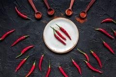 Gorący chili pieprzu projekt na zmroku stołu tła odgórnym widoku Fotografia Royalty Free