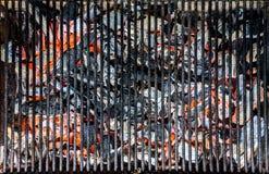 Gorący czerwień węgiel pod grilla grillem obraz stock