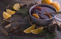 Gorący domowej roboty napój rozmyślający alkoholów bożych narodzeń wino w niecce z gatunkami na drewnianym tle, kopii przestrzeń zdjęcie royalty free