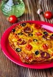 Gorący domowej roboty pizzy serce z serem, pomidory, oliwki obrazy royalty free