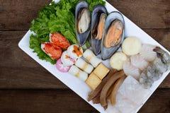 Gorący garnków składniki - ostrygi i owoce morza zdjęcia stock