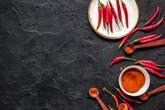 Gorący jedzenie z czerwonego chili pieprzu zmroku stołu tła odgórnym widokiem mo Obraz Stock