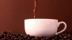 Gorący kawowy dolewanie w białą filiżankę zdjęcie wideo