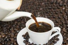 Gorący kawowy dolewanie w białą filiżankę obraz royalty free