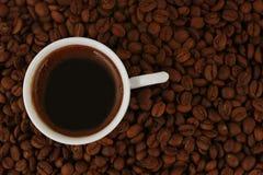 Gorący kawy i filiżanki tło Obrazy Stock