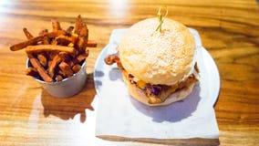 Gorący Nacierający kurczaka hamburger Z batatów dłoniakami Fotografia Royalty Free