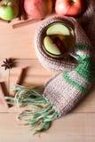 Gorący napój jabłczana herbata z cynamonowym kijem, gwiazdowy anyż na drewnianym tle Zdjęcie Royalty Free