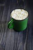 Gorący napój z białymi marshmallows na czerni fotografia royalty free