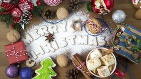Gorący napoju kakao, Marshmallow w Czerwonej filiżance z Wesoło bożych narodzeń tekstem od owsów ciastek i Zdjęcia Royalty Free
