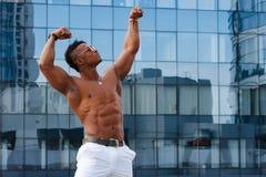 Gorący Piękny czarny facet z wyłupiastymi mięśniami pozuje przeciw tłu miastowa krajobrazowa mężczyzna sprawność fizyczna Zdjęcia Stock