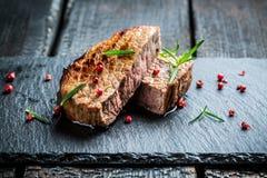 Gorący piec na grillu mięso z świeżymi ziele zdjęcia stock