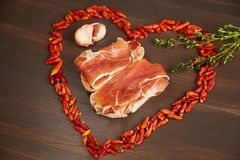 Gorący pieprz wykłada w postaci serca Gałąź macierzanka, goździkowy czosnek Kanapki robić od ręcznie robiony żyto chleba i t Obrazy Stock