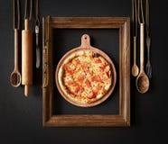 Gorący pizza plasterek z roztapiającym serem z ramowym pojęcia zakończeniem w górę fotografii zdjęcia stock