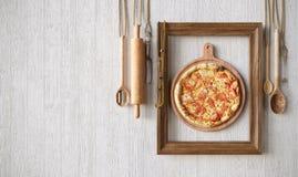 Gorący pizza plasterek z roztapiającym serem z ramowym pojęcia zakończeniem w górę fotografii obrazy stock