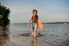 Gorący plażowy ratownika bieg wzdłuż brzeg rzeki z życiem Fotografia Royalty Free