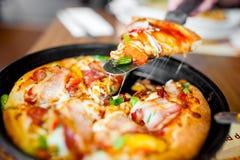 Gorący plasterek świeża pizza z baleronem, pepperoni, salami, bekon zdjęcie stock