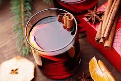 Gorący rozmyślający wino z pikantność, wysuszonym jabłkiem i mandarine, Obraz Stock