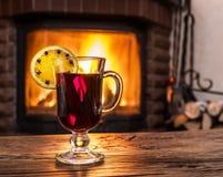 Gorący rozmyślający wino z pomarańczowym plasterkiem, cloves i cynamonowym kijem, fotografia stock