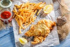 Gorący rybi dorsz z układami scalonymi w gazecie Fotografia Stock