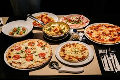 Gorący słuzyć włoszczyzn naczynia: Pizza Carbonara i Carpres z pizza krajaczem, Zimni cięcia z Burrata serem zdjęcie royalty free
