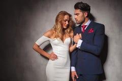 Gorący seksowny elegancki mężczyzna trzyma jego kobiety rękę Obraz Royalty Free