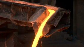Gorący stalowy dolewanie w stalowej roślinie zbiory wideo