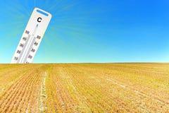 Gorący suchy lato globalne ocieplenie Termometr i suszy krajobraz Pojęcie nagrzanie Obrazy Stock