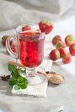 Gorący truskawkowy napój z świeżą mennicą w szklanej filiżance Obrazy Stock