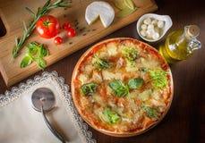 Gorących prawdziwych pepperoni włoska pizza z salami i serem wierzchołek rywalizuje Fotografia Stock