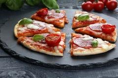 Gorących prawdziwych pepperoni włoska pizza z salami i serem wierzchołek rywalizuje Zdjęcie Stock