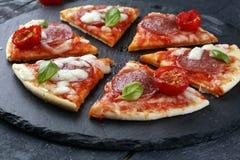 Gorących prawdziwych pepperoni włoska pizza z salami i serem wierzchołek rywalizuje Zdjęcia Royalty Free