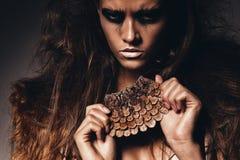 Gorąca agresywna kobieta z szyszkowym akcesorium Zdjęcie Stock