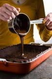 Gorąca czekolada od saute niecki nalewa w ciasto Fotografia Stock