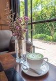 Gorąca dojna zielona herbata z purpurowymi kwiatami Fotografia Stock