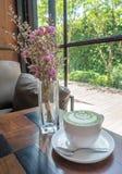 Gorąca dojna zielona herbata z purpurowymi kwiatami Fotografia Royalty Free