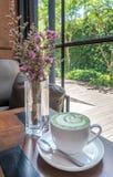 Gorąca dojna zielona herbata z purpurowymi kwiatami Zdjęcie Stock