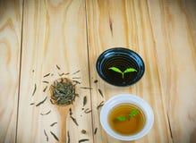 Gorąca herbata na drewno stole Zdjęcie Stock
