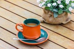 Gorąca kawa i kwiaty Obrazy Stock