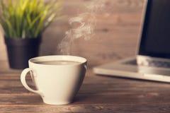 Gorąca kawa na drewnianym biurowym biurku Fotografia Royalty Free