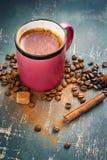 Gorąca kawa z cynamonem na starym rocznika tle Zdjęcie Royalty Free