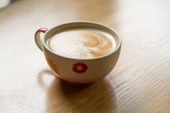 Gorąca Kawowa sztuka na drewno stole Fotografia Stock