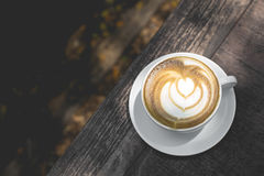 Gorąca zielonej herbaty latte sztuka na drewnianym stole Fotografia Stock