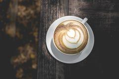 Gorąca zielonej herbaty latte sztuka na drewnianym stole Zdjęcia Stock