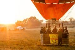 Gorące powietrze balon bierze daleko od ziemi Obrazy Royalty Free