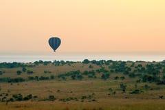 Gorące powietrze balon na obszarach trawiastych Afryka Zdjęcie Royalty Free