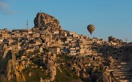 Gorące powietrze balon nad antycznym miasteczkiem Obrazy Royalty Free