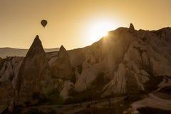 Gorące powietrze balon nad krajobrazem Cappagocia w Turcja Fotografia Stock