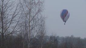 Gor?ce powietrze balon nad lasowy wideo zbiory